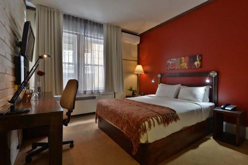 R servation d 39 h tel h tels canada quebec c3 hotel art for Peinture salon rouge brique